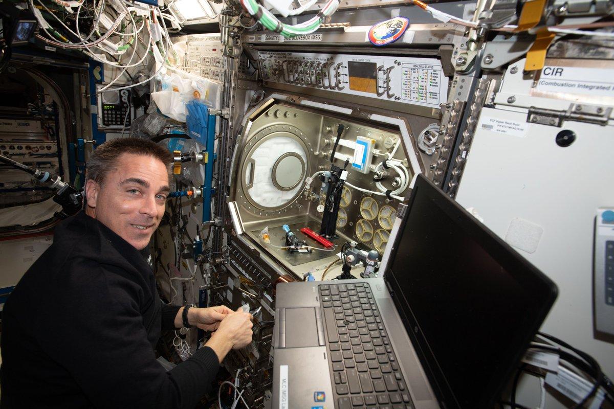 Pocos días después de su llegada a la estación, @AstroBehnken y @Astro_Doug comenzaron a llevar a cabo experimentos en microgravedad. Junto con el astronauta Chris Cassidy, la tripulación trabajó en el experimento de medición de electrólisis y más: go.nasa.gov/37wvBC1