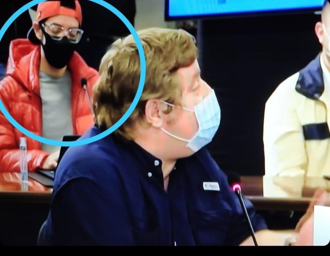 Gustabo en televisión dando ejemplo sobre el uso de la mascarilla, ¿este es tu idolo? el mío sí https://t.co/ypH7OCDita