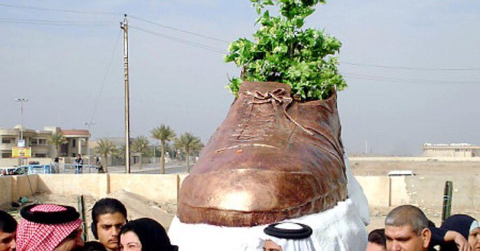 In Tikrit, there's a monument of the shoe that Iraqi journalist Muntadhar al-Zeidi hurled at George W Bush during a press conference. 👍 https://t.co/OAtlPJgiF4 https://t.co/EhVuMLITAs