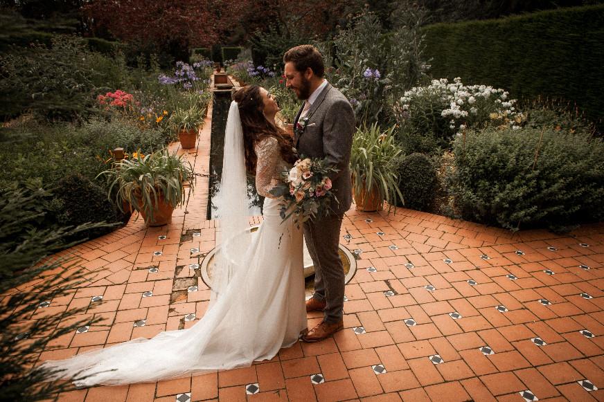 NEW BLOG - A little something to bring sunshine to your day... Lizzie & Chris' wedding reception at The Mansion http://ow.ly/gSB550A4SFH  #RoundhayPark #CountryGardenWedding #WeddingInspo #ChurchWedding #LeedsWedding #YorkshireBride #2021Bride #ExclusiveWeddingVenuepic.twitter.com/iX66pvnkdc