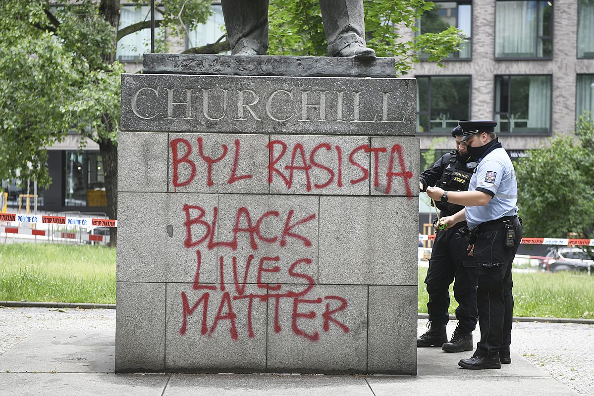 Na Churchillově soše vPraze se objevil nápis, že byl rasista https://t.co/Cnl8pepav7 #InformacniServis https://t.co/nUvUm5fF9Q