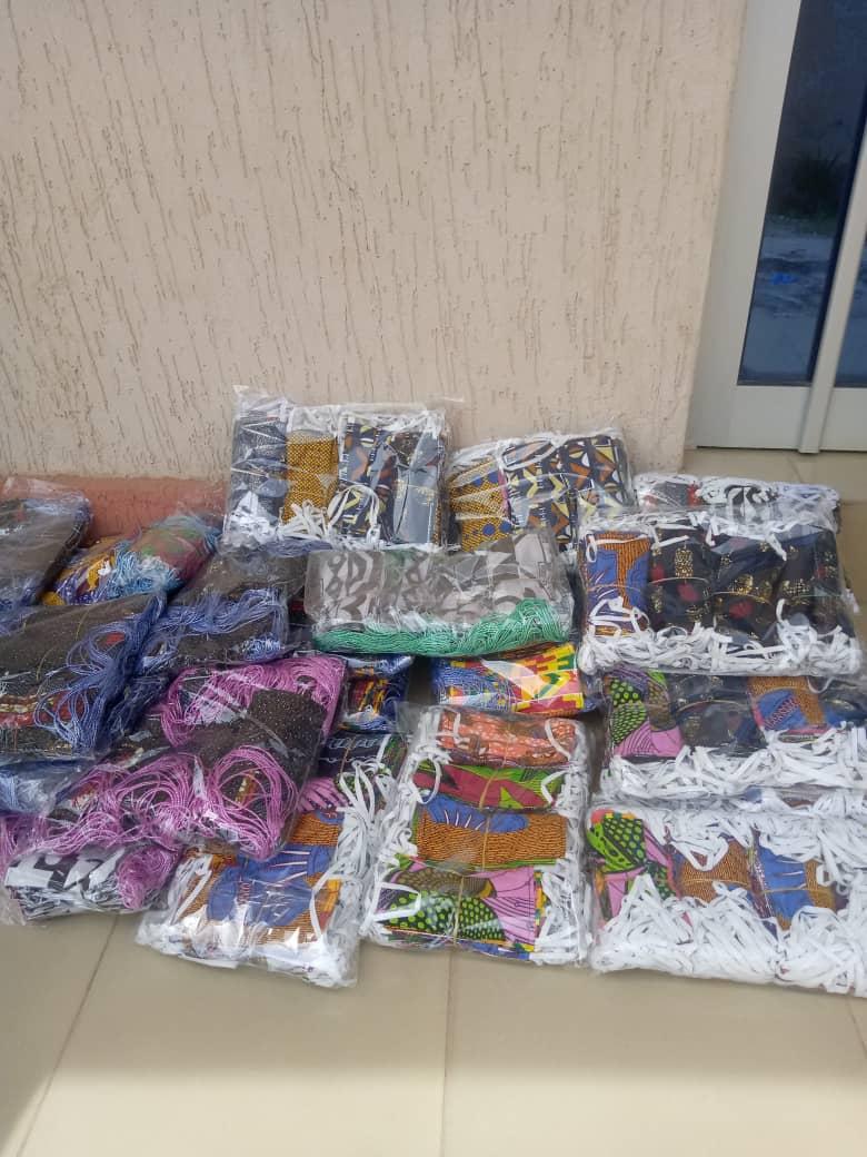 1,2 millions de masques en deux semaines : c'est le challenge que se sont engagés à relever 1500 artisans couturiers à travers tout le Togo. Ces masques lavables seront gratuitement mis à la disposition des écoles. https://t.co/sPhsNGd7QN