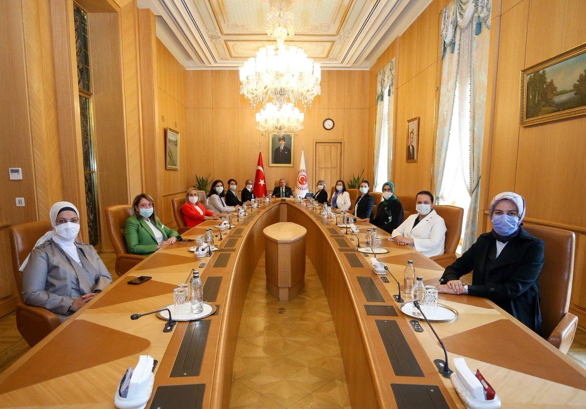 Türkiye Büyük Millet Meclisi Başkanımız Sayın @MustafaSentop Beyefendi'yi Milletvekili arkadaşlarımızla makamında ziyaret ettik. Ev sahipliği ve nezaketleri için teşekkür ederim.   #TBMM100Yaşında @TBMMresmi #TBMM https://t.co/tA1RJc38uJ