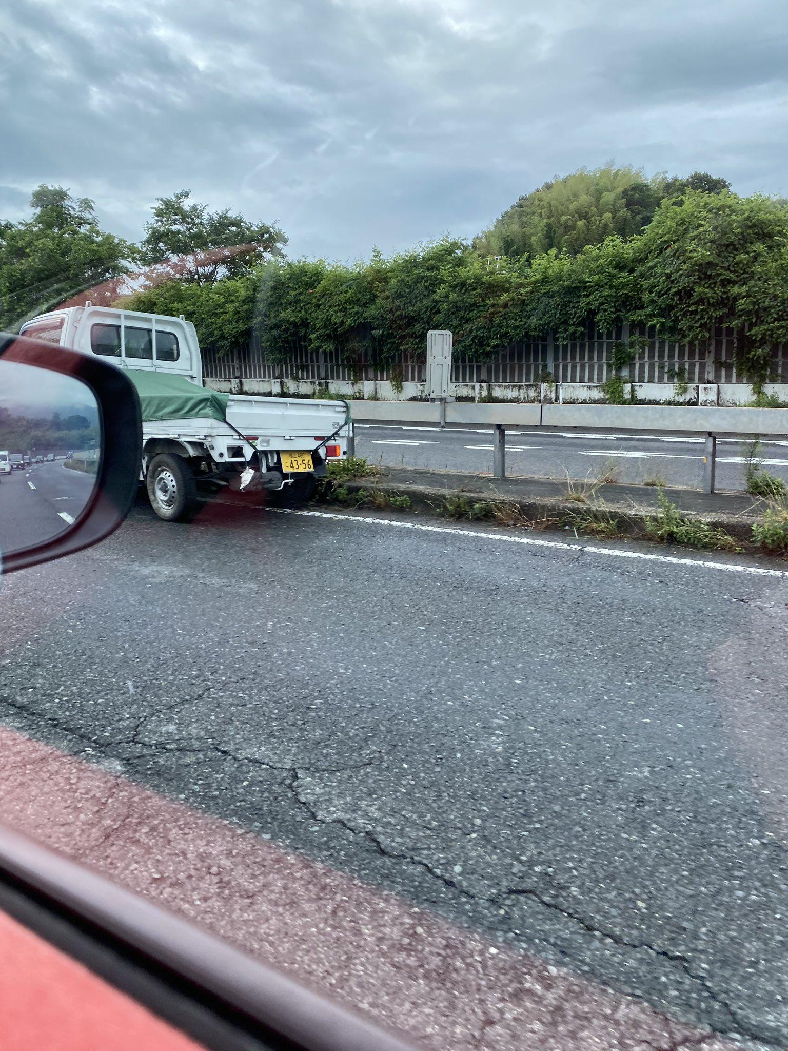 尾道バイパスで軽トラが中央分離帯に衝突している事故現場の画像