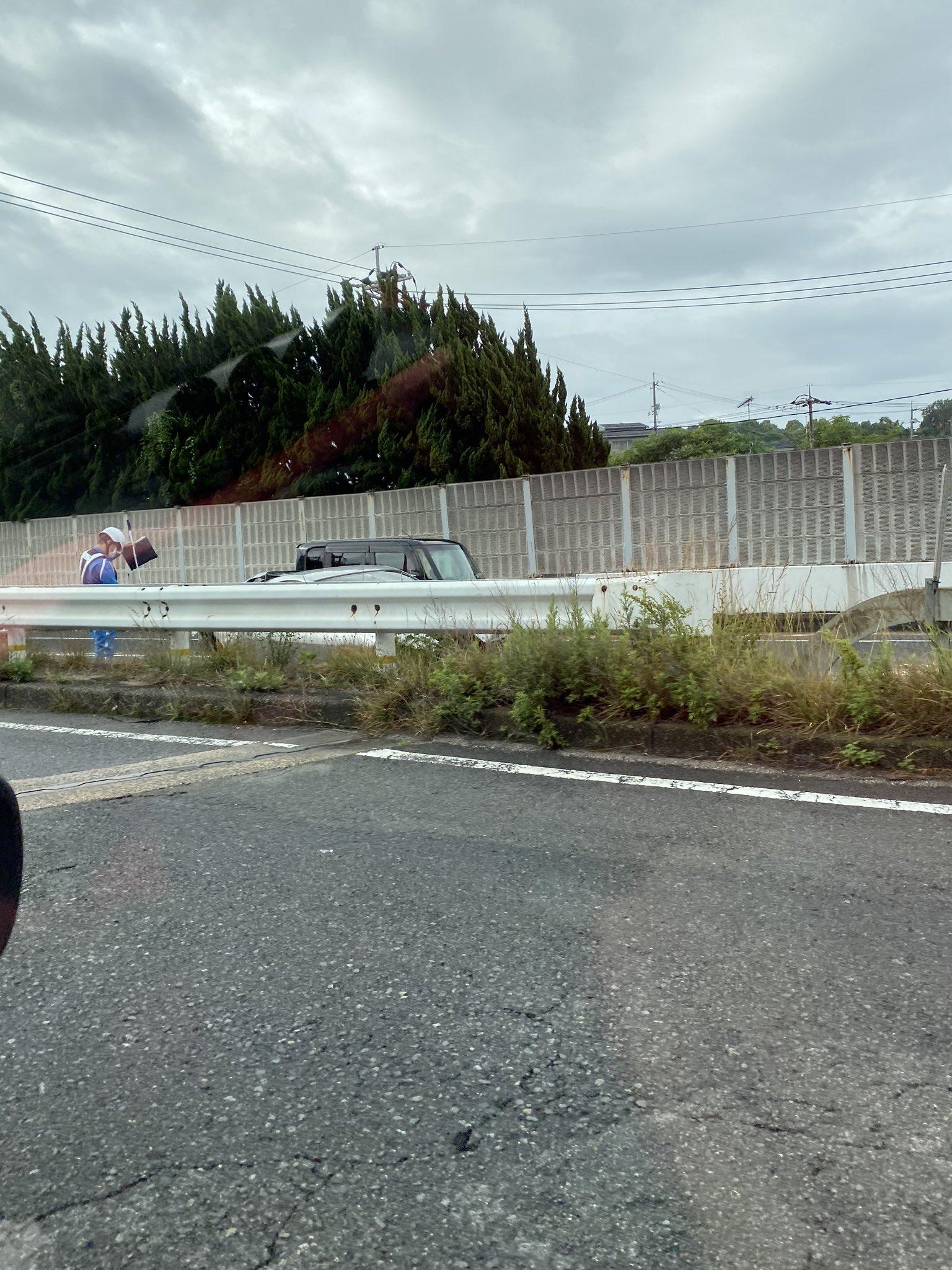 尾道バイパスの栗原~高須間で乗用車が衝突している事故現場の画像