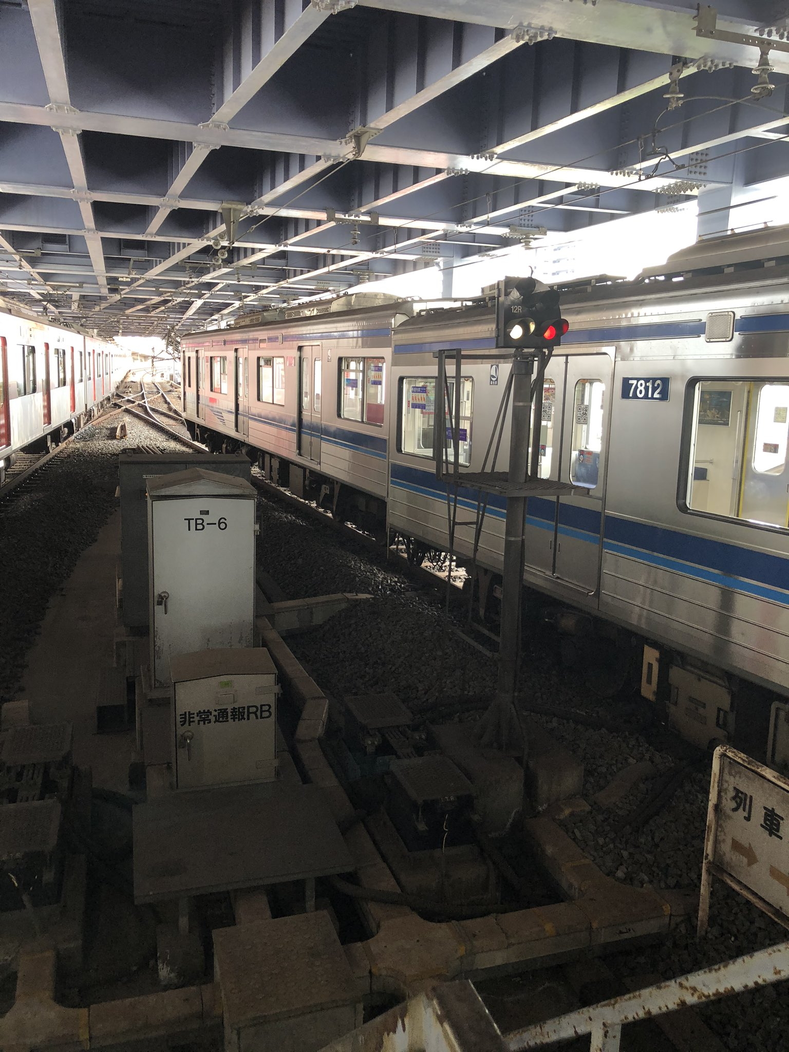 青砥駅構内で発生した脱線事故現場の画像