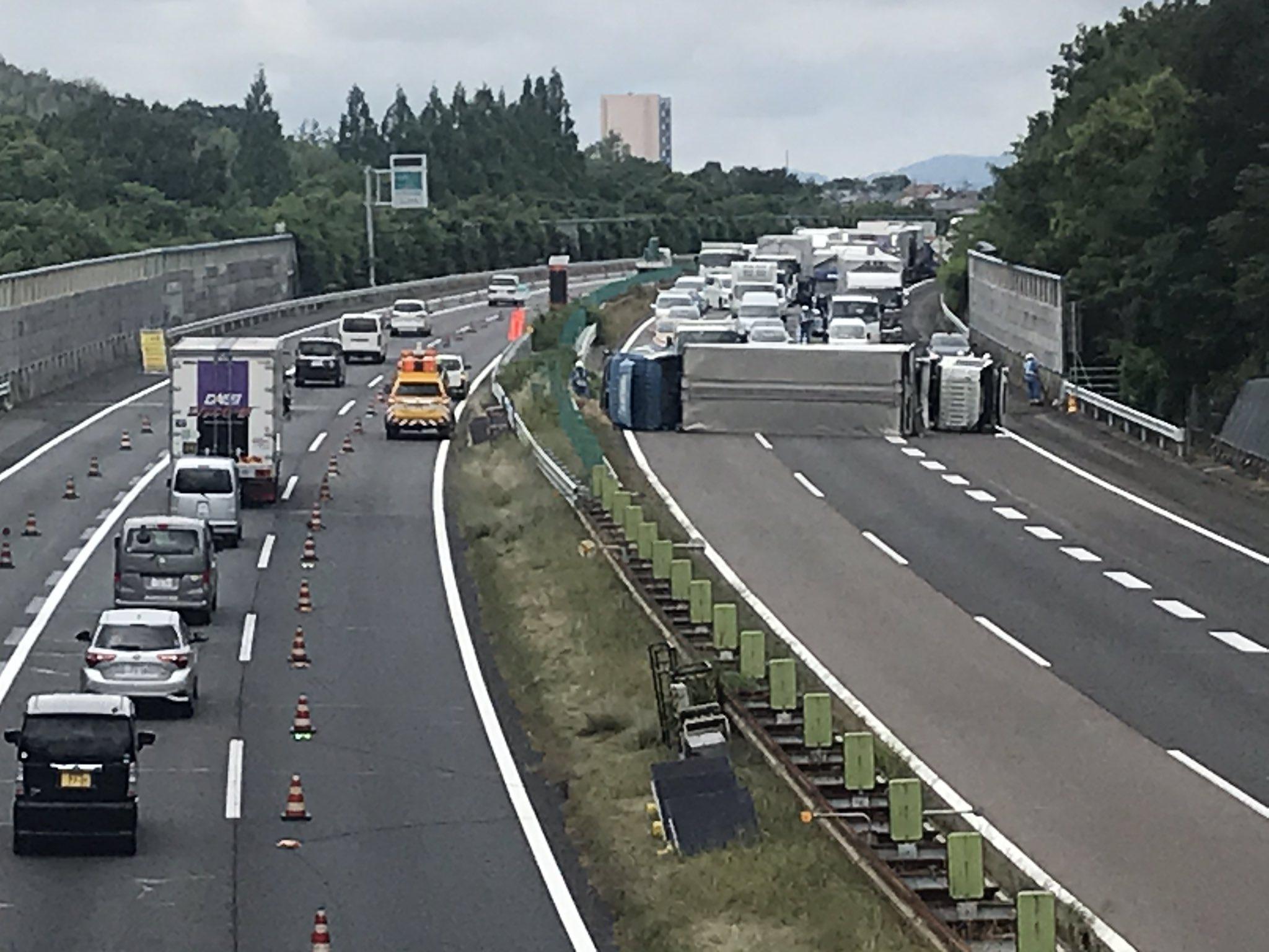 東名のトラック横転事故の画像