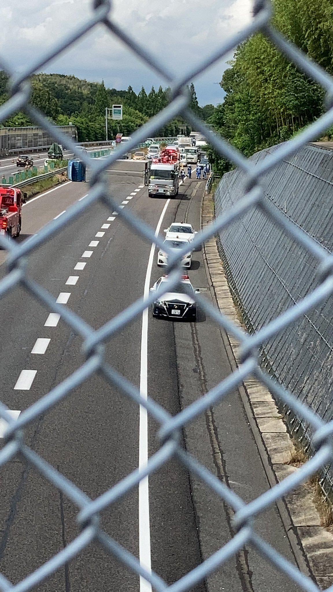 東名高速上り線の春日井IC~名古屋ICの横転事故現場の画像