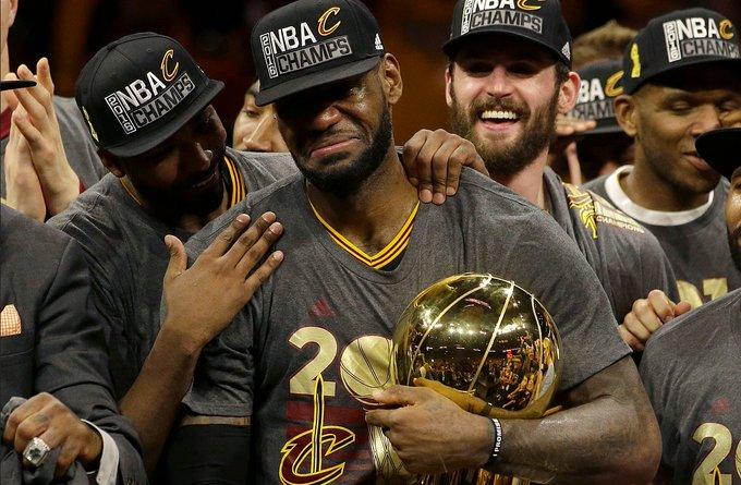 為何說總冠軍是NBA球員畢生的追求?看看他們的舉動就明白,這一幕有洋蔥!