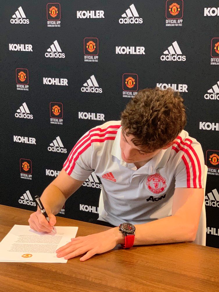 I joined @ManUtd a year ago today. Proud to play for this club🔴🙌🏼 https://t.co/r5UTN25y7F