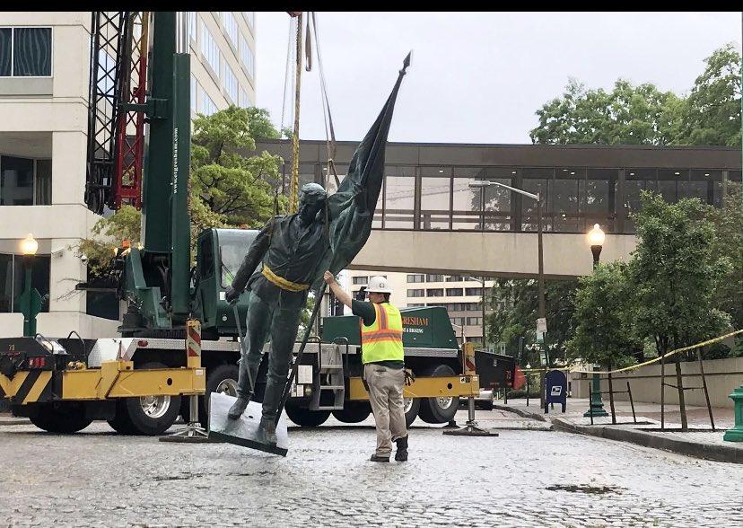 Снятие статуи Конфедерации в Норфолке. Простояла 113 лет.