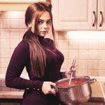 この女性すごくない?熱々のボルシチが目一杯入った鍋を片手で持ち上げてキメ顔してる!