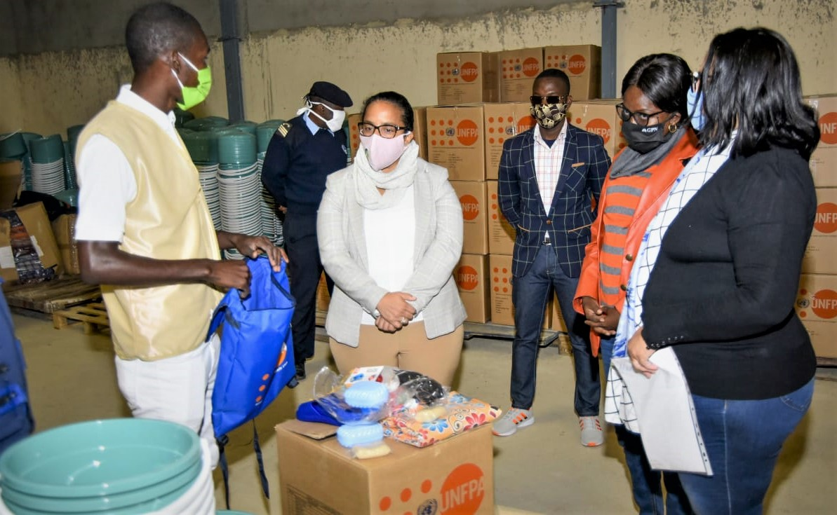 #UNFPAAngola in partnership with the Ministry of Social Action, Family and Women Promotion and the Provincial Government of Namibe, proceeded today to the Official Delivery of Dignity Kits, in response to the humanitarian emergency work in Namibe. @UNFPA_ESARO @UNFPA https://t.co/7hAO87JHZu