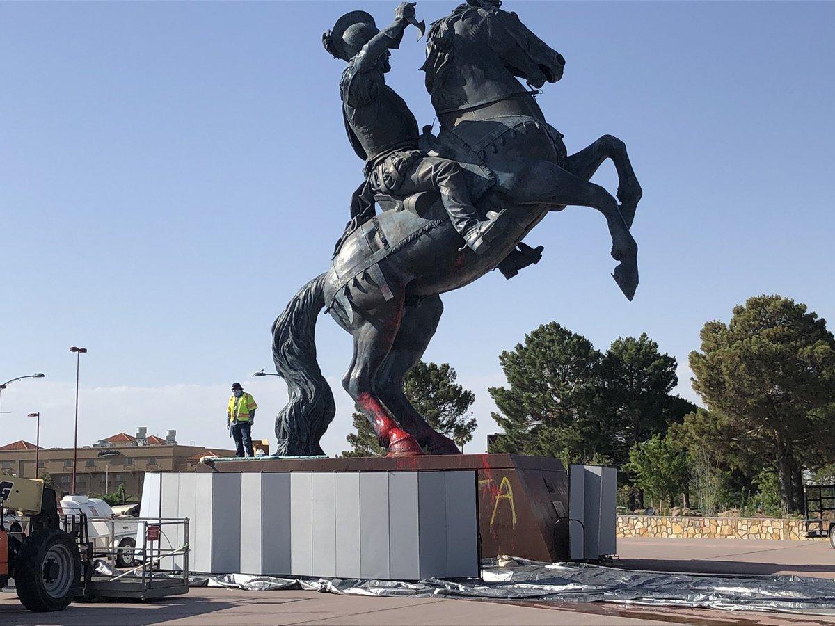 Поврежденный памятник испанскому конкистадору Дон Хуану де Оньяте в Эль-Пасо.