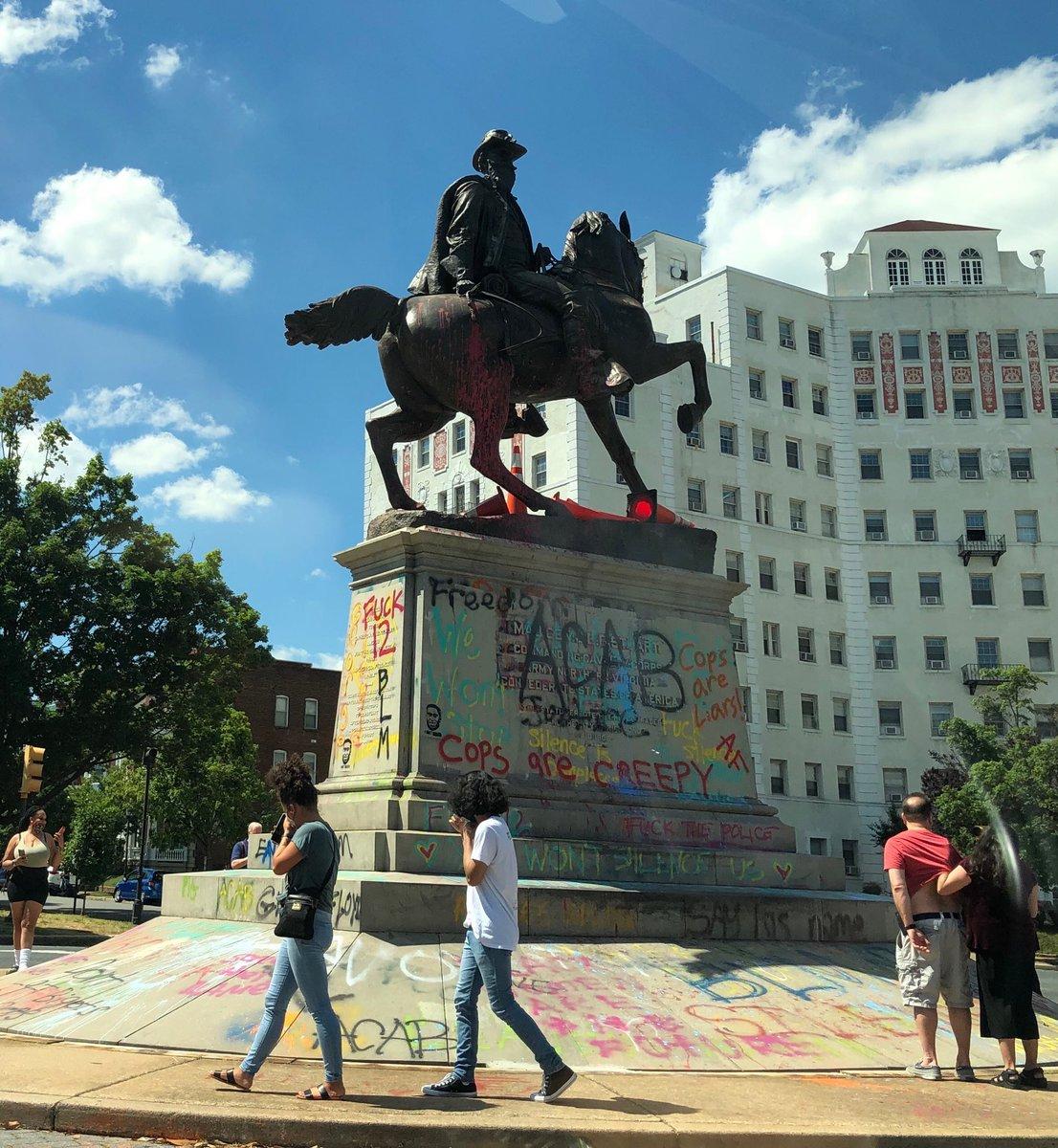 Пока уцелевшие статуи в Ричмонде.