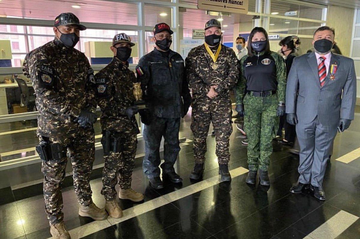 FOTOS 📸| Dir. @MiguelDomingue recibió por parte del #Sebin reconocimiento por la implacable participación de los combatientes del #FAES en #OperaciónNegroPrimero . #12Jun https://t.co/fkw5hrTIR8