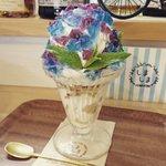 大きさも見た目も素晴らしい!?「紫陽花パフェ」と「プリンパフェ」!