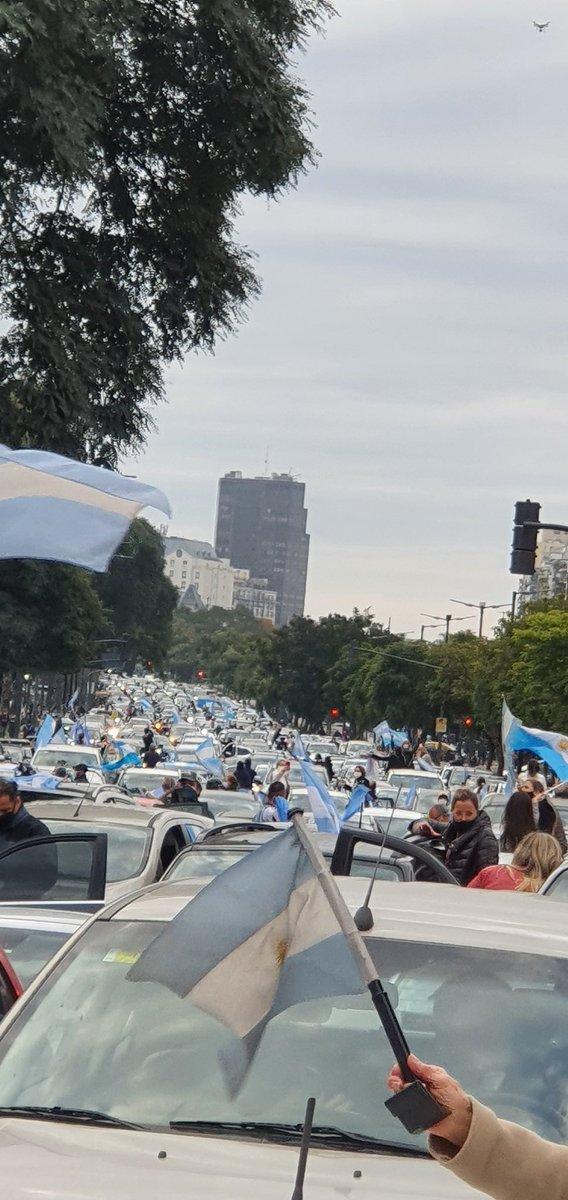 """Más allá de las razones por las que protesten, siempre les envidio a los argentinos eso, su capacidad de no callarse y de plantarse.   Impresionante el """"banderazo"""" en todo el país. ¿Se imaginan algo así acá? https://t.co/MxsakIHOLt"""