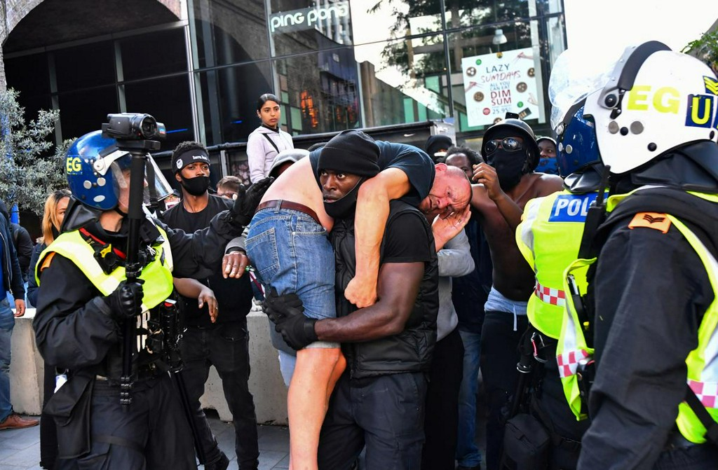 In London skirmishes, suspected far-right protester is rescued reut.rs/3fp3nvI
