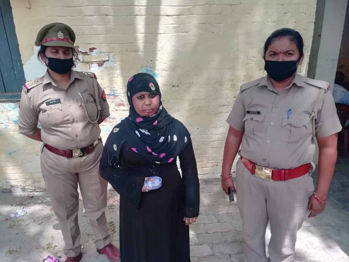 जनपद जौनपुर । #इस्पेक्टर #लाइन #बाजार #दिनेश #प्रकाश #पांडेय के निर्देशन में लाइन बाजार पुलिस को मिली सफलता नकली सोना बेचकर ठगी करने वाली शातिर महिला को थाना लाइन बाजार #महिला #एसआई #आरती #सिंह ने किया गिरफ्तार!    थाना हाजा पर मु0अ0सं0- 169/20 धारा 417 भादवि का पंजीकृत ।भेजा जेल https://t.co/YAOgyB9Tuz