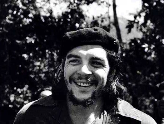 """Mi homenaje y admiración a Ernesto """"Che"""" Guevara en el 92 aniversario de su natalicio, en #Argentina, quien fue impecable en su lucha revolucionaria, invencible en su lucha ideológica y de justicia e incansable en su lucha por la soberanía y la dignidad de los pueblos del mundo. https://t.co/oR52a0RyAS"""