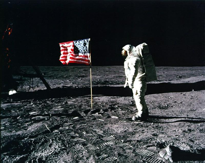 Welp, it's #FlagDay 🇺🇸 Just a friendly reminder that it's not racist to honor it & it's not unpatriotic to kneel before it. From Independence Hall in Philly to the friggin' Moon in Outer Space the Ragged Old Flag has endured; a symbol of freedom & hope, not yet experienced by ALL https://t.co/hP1BbHudxQ