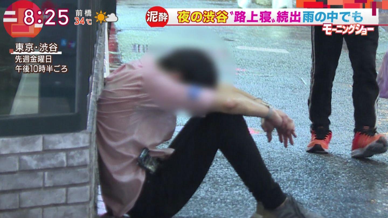 優しい世界?泥酔して路上で寝る人にそっと傘を差してあげる男性!