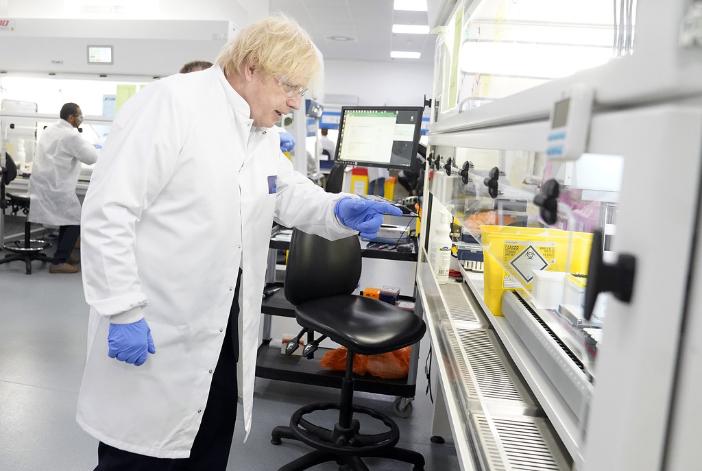 Last week we welcomed @10DowningStreet to our testing labs in #MiltonKeynes.  The PM's visit coincided with a landmark week as we passed the milestone of testing one million #COVIDー19  swab samples.  See more 👉 https://t.co/g6nx4gZZBA  @LhouseLabsUK | @DHSCgovuk | @BorisJohnson https://t.co/btFwognsRr