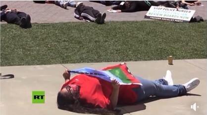 Siguen las protestas en contra de la discriminación racial en EE.UU., y siguen apareciendo los emblemas mapuche. https://t.co/W5G5MipzUY