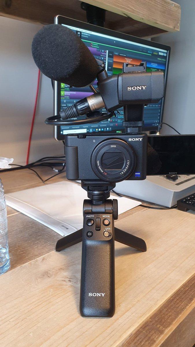 Jo @SonyNederland waarom is deze combi niet mogelijk via #hotshoe #jammer bij een dikke #camera hoort dik geluid! #sonyzv https://t.co/W8ueWaewzd