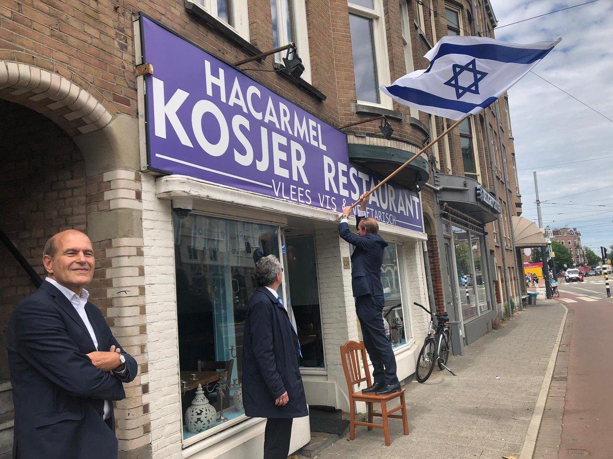 Vandaag lunchten SGP kamerleden @keesvdstaaij en @BisschopRoelof en hun medewerkers in koosjer restaurant #HaCarmel. Rabbijn Yanki Jacobs en ik spraken met ze over de bestrijding van antisemitisme en meer kennis over jodendom. Van der Staaij steekt hier de Israëlische vlag uit. https://t.co/zOjjMY1hzA