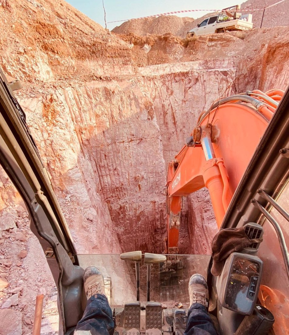 """Don't look down!  """"Who else likes digging these big holes?"""" asks @ justinlang_outbackopalhunters who posted this #Hitachi #excavator pic from Coober Pedy Opal Field in #Australia. https://t.co/wL62yPlXuS"""