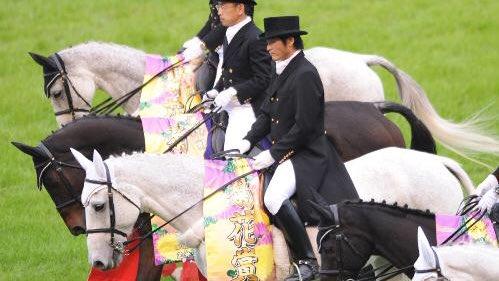 ・プロ野球始球式の『吉川晃司』<br>・誘導馬に騎乗する『吉川晃司』<br>・稲刈りをしている『吉川晃司』<br>・弓を引き的を狙う『吉川晃司』