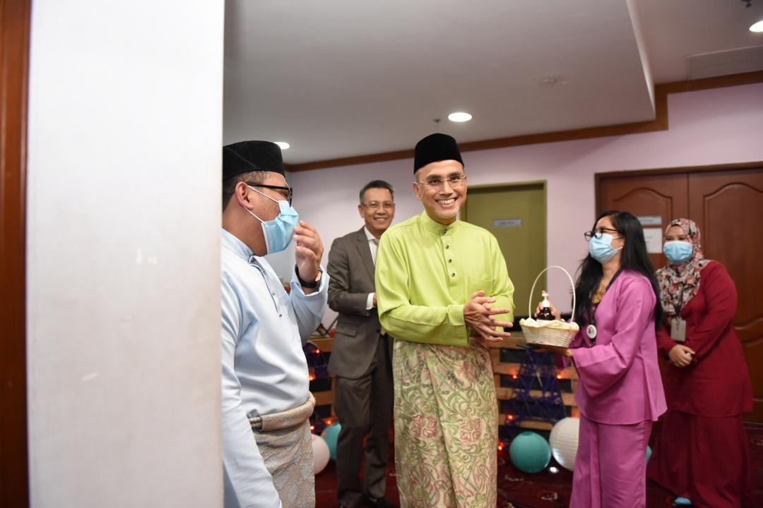 Delightful moments during Raya Hi-Tea with the team from Sch of Hospitality & Creative Arts. Though keeping our distance, the spirit of togetherness was felt as we spoke of @MSUMalaysia & our campus re-opening efforts. Thanks everyone. #WeAreReady #MSUSHCA @MSUcollege