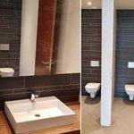 Voor onze opdrachtgever 14Forward hebben wij in korte tijd een van de toiletgroepen van een kantorencomplex in Rotterdam gerenoveerd. Er is veel werk verzet. De indeling van de ruimte is gewijzigd, het tegelwerk vervangen, nieuw sanitair geplaatst incl. HPL deuren met RVS beslag.
