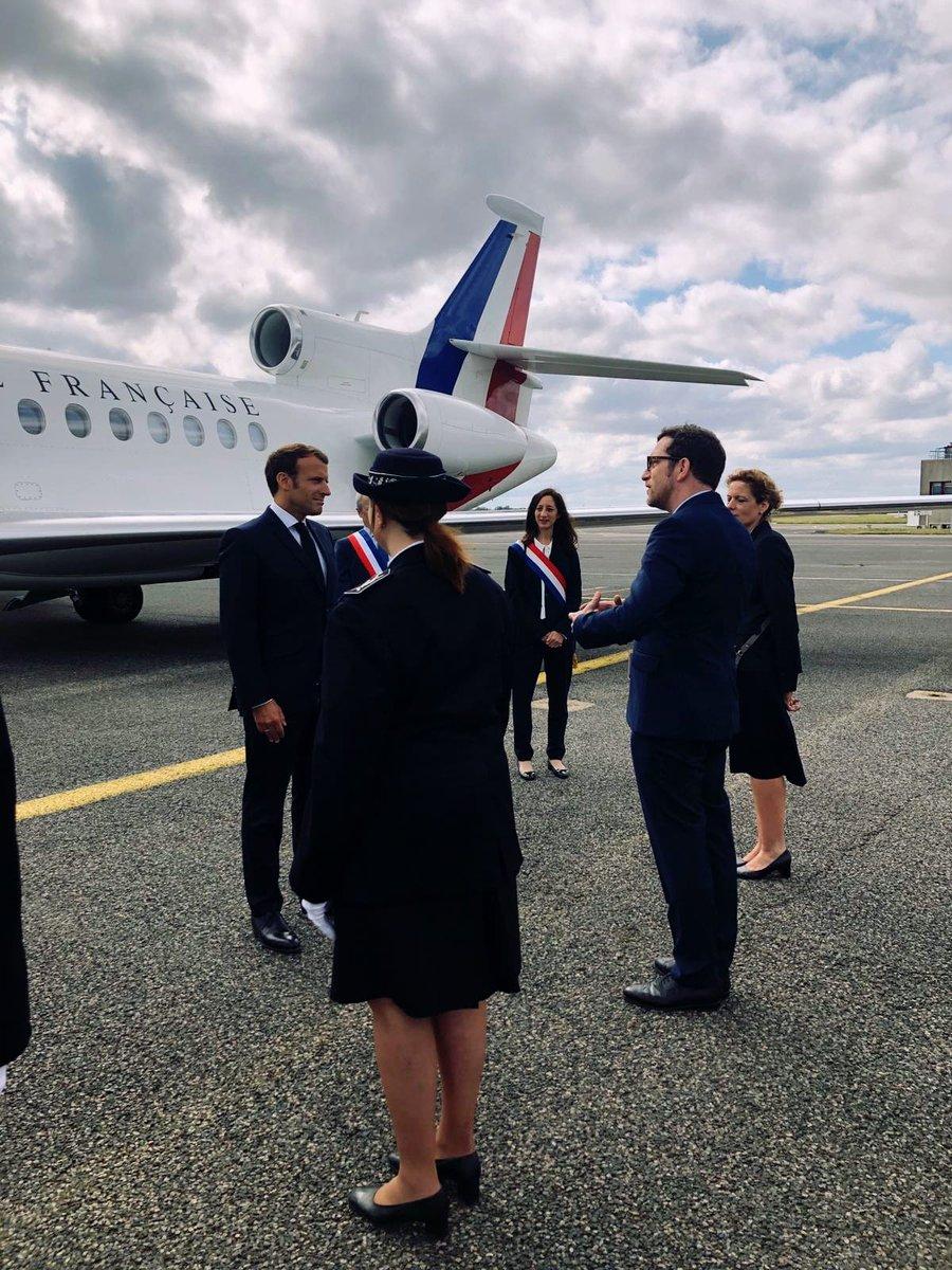 Les équipes de Lyon-Bron Aéroport sont fières d'accueillir l'avion présidentiel et Emmanuel Macron, en visite à Lyon aujourd'hui ! #TeamLyonBronAeroport #VINCIairports #aviationaffaires https://t.co/wgfkQGvshy