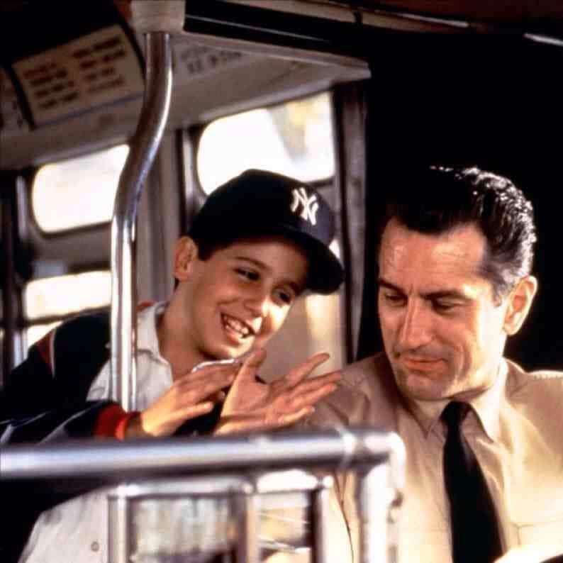 Nel Bronx degli anni '60, un onesto autista di autobus cerca di tenere il figlio lontano dall'influenza della mafia locale. L'esordio alla regia di Robert De Niro ci regala un film asciutto e sincero:  #Bronx è disponibile su @PrimeVideoIT. Guarda ora ➡️https://t.co/DhUf6zYP8l https://t.co/N6OySaGlE2