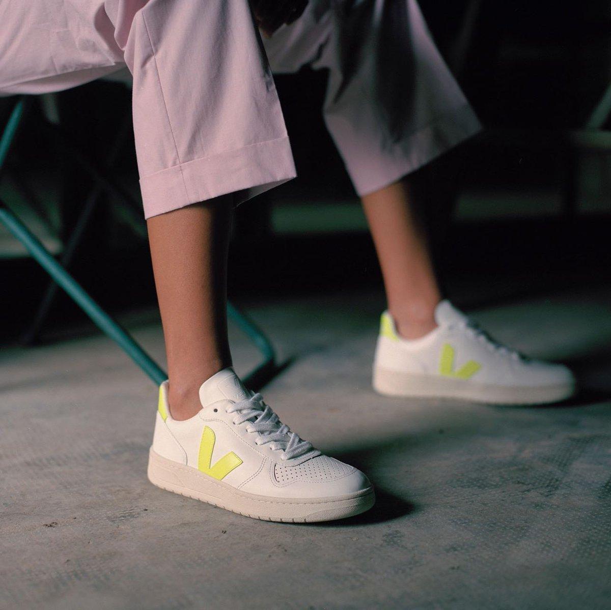 Deportiva en color blanco y verde flúor con cordón.  Disponible en nuestra web de la talla 36 a la 40. 💚  https://t.co/aMZehwkA1E  #pepaycris #jeromin #veja #deportivas #sneakers #vejashoes #madrid #zapateria #santiagobernabeu #online https://t.co/Phz7y6evET