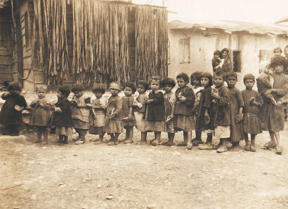 #WorldRefugeeDay   THE ARMENIAN ORPHANS IN THE REFUGEE CAMPS OF SYRIA   A series of the #Armenian_orphans is depicted in the photograph. Each of them has per diem bread in their hands.  ➡️ https://t.co/fVzOOPVvqU https://t.co/EwrFFE6MNm