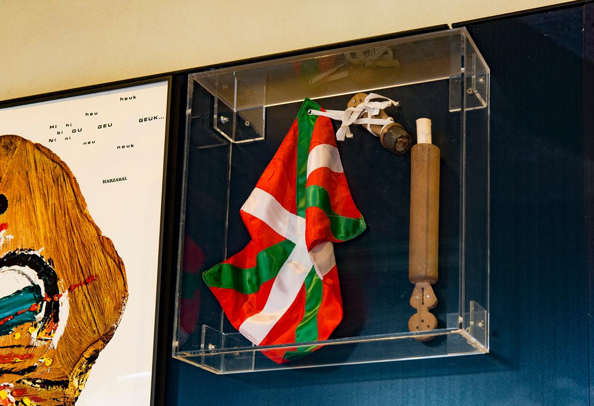 El testigo de la Korrika es una de las piezas especiales del museo. Por eso, hoy hemos querido mostrarla en la sección #STMLoMás. En este hilo ahondaremos en ella y en la Korrika de la mano de Asier Amondo, responsable de Korrika. 🧵👇 #Donostia #Euskera #Patrimonio #Korrika https://t.co/blXxRMX50y