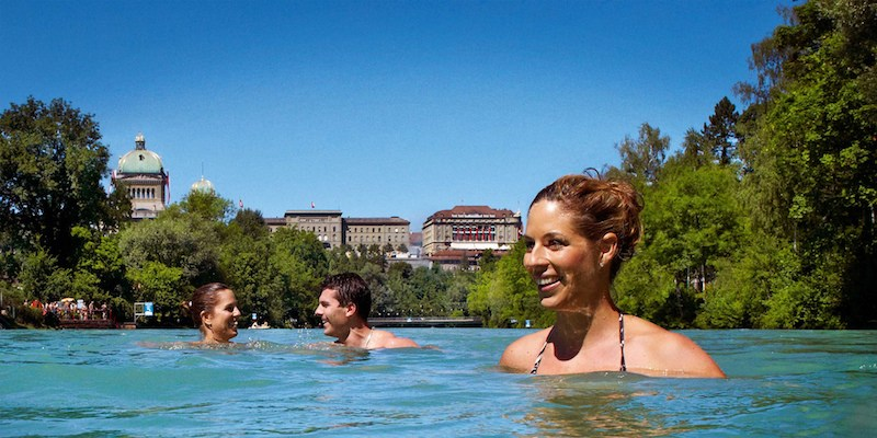 Switzerland's river swim is a popular summertime attraction! 🏊 🇨🇭 Discover how Aare river in Bern became the spot to be.  @kanton_bern #Switzerland  ⤵️  https://t.co/zG2SVsD84s https://t.co/K8g5qgjT7S