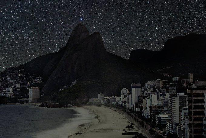 O excesso de iluminação, junto com a poluição desenfreada, fazem com que de noite não dê pra ver muito além de uma imensidão negra. então, o artista Thierry Cohen resolveu recriar o céus das grandes cidades. E na imagem está o Rio de Janeiro. https://t.co/10trMlE1oO