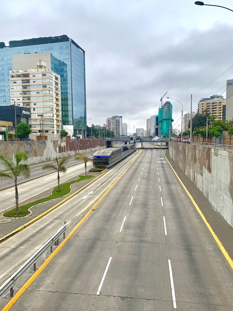Hoy tomé esta foto caminando por Miraflores (si claro le metí su retoque) no todo en la cuarentena es malo, hay cosas que nos gustaría que se queden así. https://t.co/Z915ZfX1ek