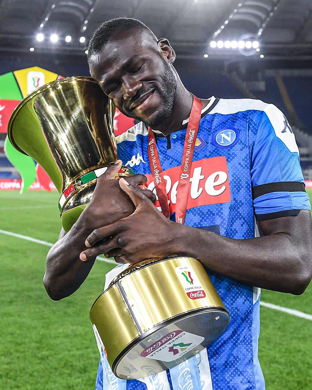 433 On Twitter Find Someone Who Hugs You Like Kkoulibaly26 Hugs The Coppa Italia Trophy