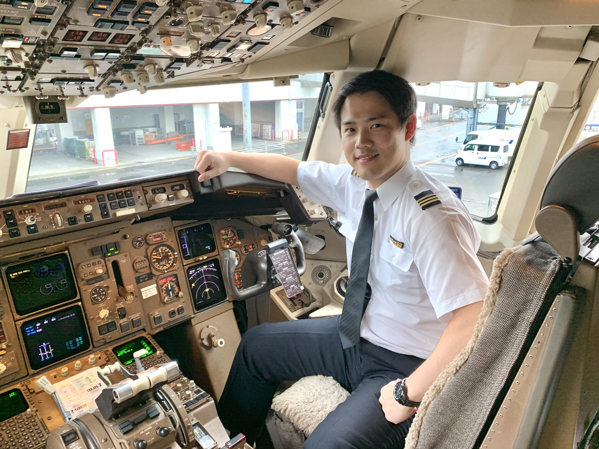 おはようございます♪ B767副操縦士 阪本さんから笑顔をお届け! 私が乗務するB767型機は上昇性能が良く、梅雨の雨雲もあっという間に飛び越えることが出来ます🛫 この時期にご搭乗いただいた際は是非、窓から見える梅雨の合間の6月の青空をお楽しみ下さい✨ #これからも安全運航に努めてまいります
