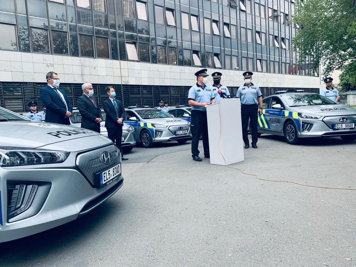 Praha - Vedení policie dnes představilo prvních dvacet elektromobilů, které budou používat pražští policisté. #policiepha https://t.co/HY4rSO63Zc