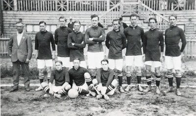 Today 1911 Sweden, managed by Fred Spiksley, shown in an earlier team photo, played Germany and took a 2-0 lead but were eventually pegged back to 2-2 before conceding 2 late goals (it was Germany!!) to lose 4-2 full story at https://t.co/nNaEk9vv7o https://t.co/xMAeEdRbxg