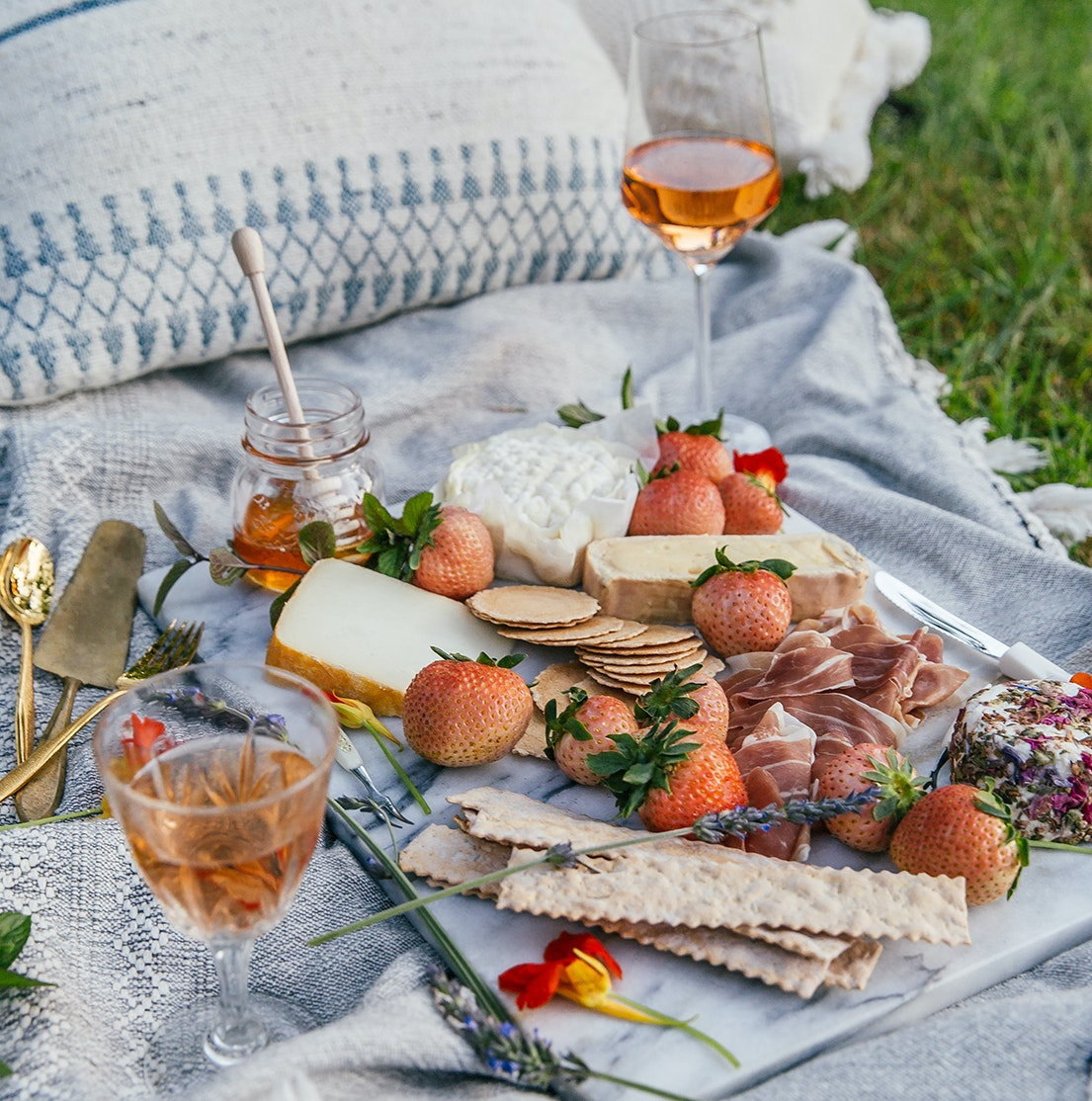 For #NationalPicnicDay, we've partnered with 8 Bay Area Sommeliers to bring their expertise right into your home. They're sharing tasting notes & reactions to our Sweetest Batch™ and Rose Berries™, which are perfect for your next #picnic. ☀️🧺🍃🥂  https://t.co/nAoL4IZT0e https://t.co/aL6qBhHpAQ