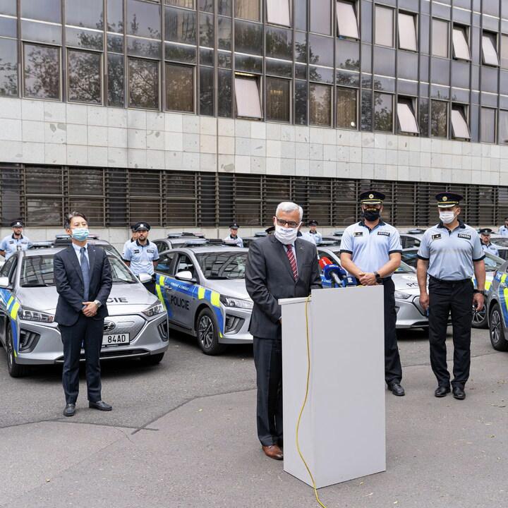"""Dnes si od nás @PolicieCZ převzala prvních 20 elektromobilů Ioniq Electric. """"Velmi nás těší, že státní správa volí naše vozy pravidelně"""", uvedl generální ředitel Hyundai CZ Martin Saitz. Více v TZ: https://t.co/6tqtUdCllr #hyundaicz #policiecr #ioniqelectric #elektromobilita https://t.co/q5fpztBYHt"""