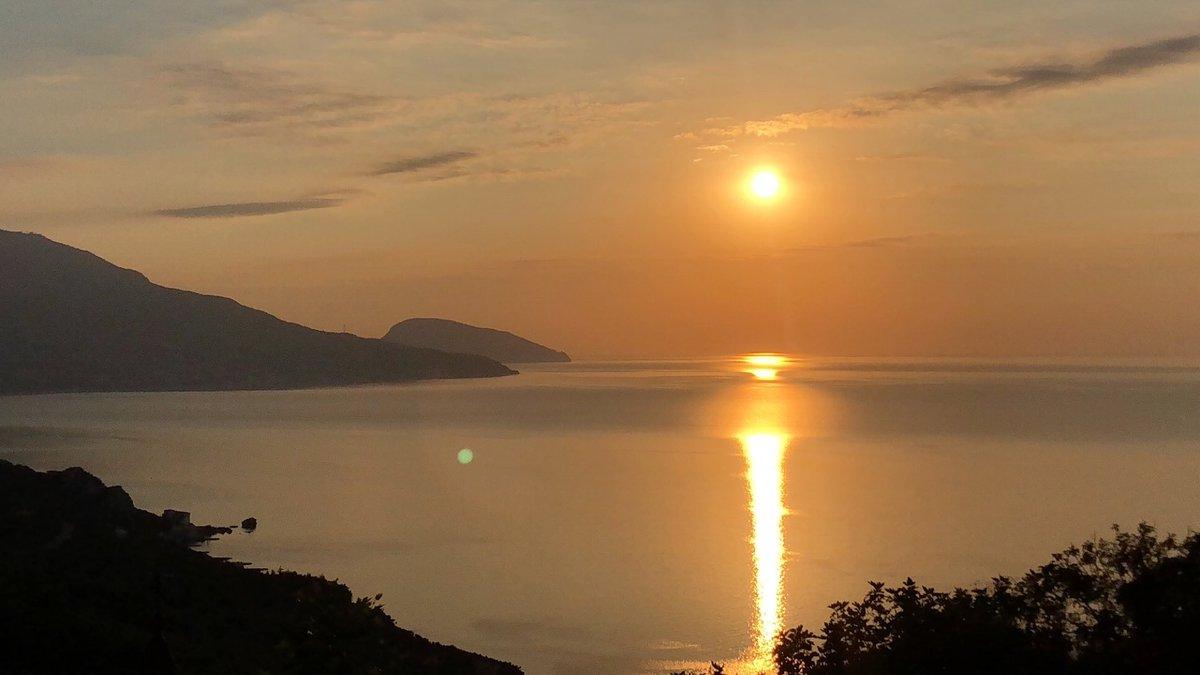 Я встретил рассвет и.. это так прекрасно  #рассвет #море #утро #солнце pic.twitter.com/9FEqo5wljS